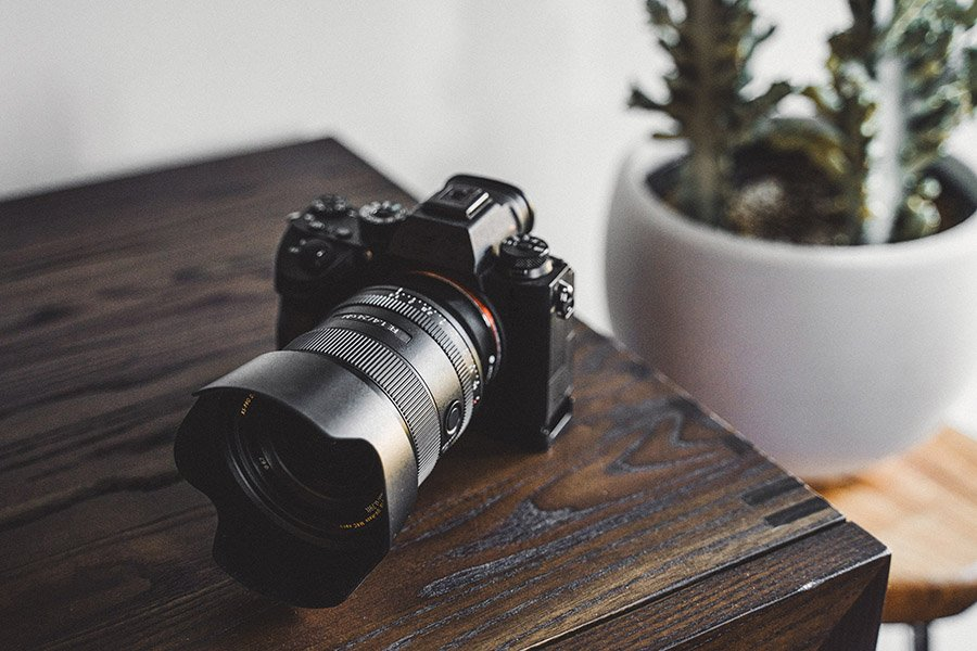 picture_of_a_mirrorless-digital-camera-on-desk